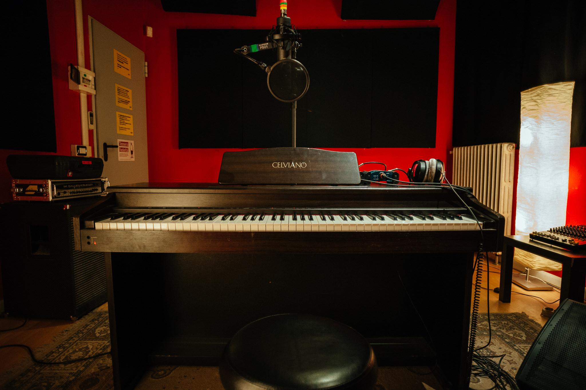 sala dietro pianoforte