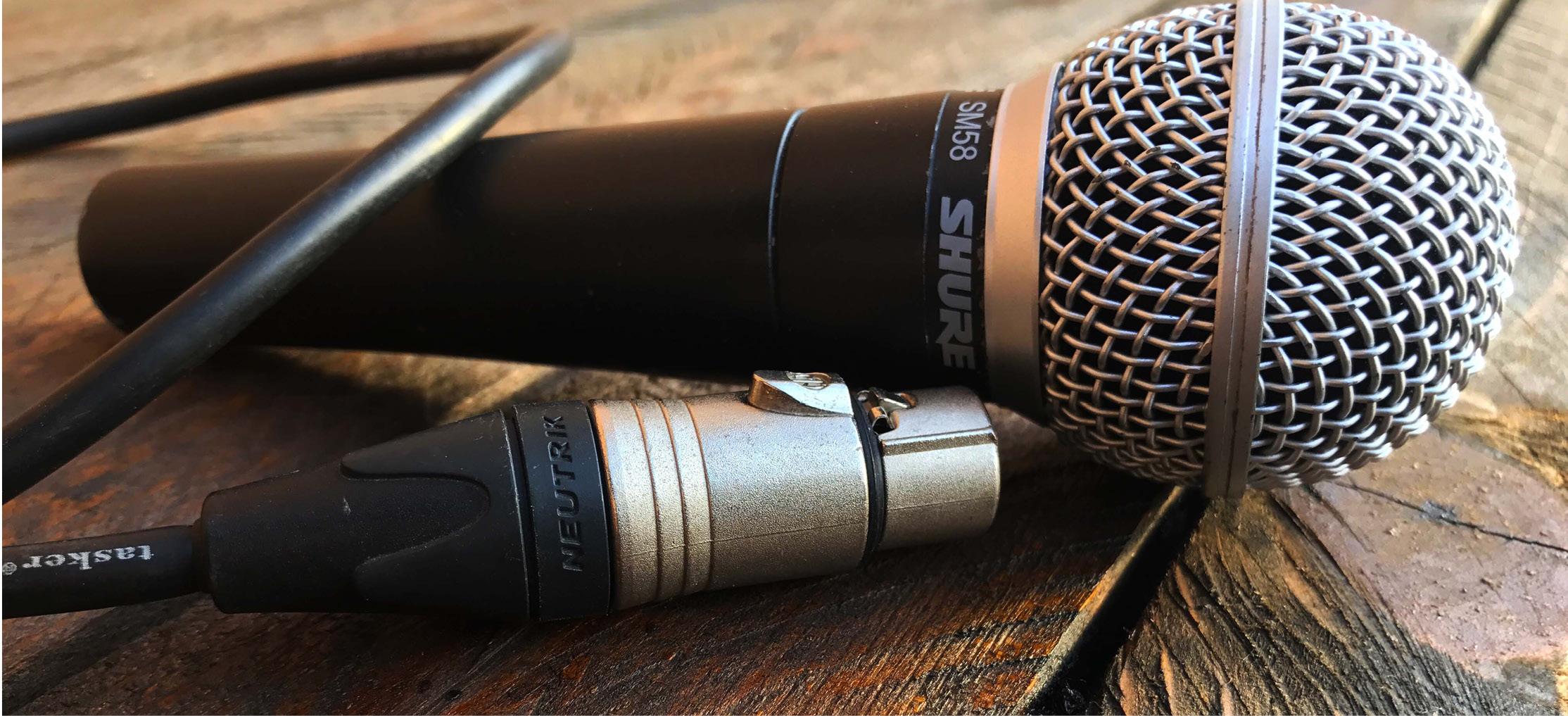 Foto di microfono Shure SM58 e cavo xlr Neutrik