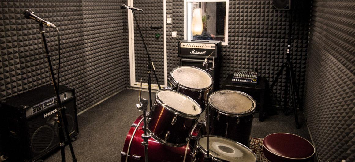 Sala 4 batteria, microfoni, mixer multieffetto, cassa, amplificatore chitarra e basso