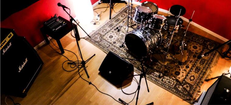 Foto panoramica della sala 3, batteria, spia voce, mixer multieffetto, amplificatore chitarra, amplificatore basso